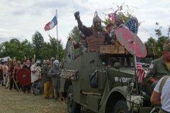 """Le dimanche, une grande """"bataille multi-époque"""" régale les reconstituteurs comme le public ! Les guerriers gaulois, les légionnaires romains et les pillards vikings partent au combat avec panache."""